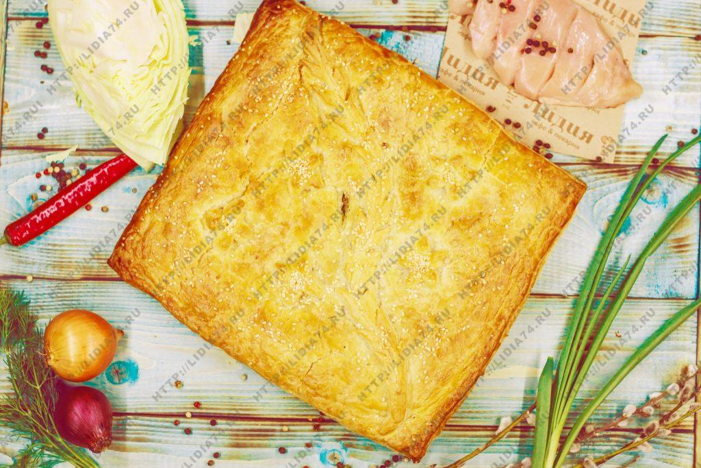 Пирог из слоено дрожжевого теста с курицей и капустой
