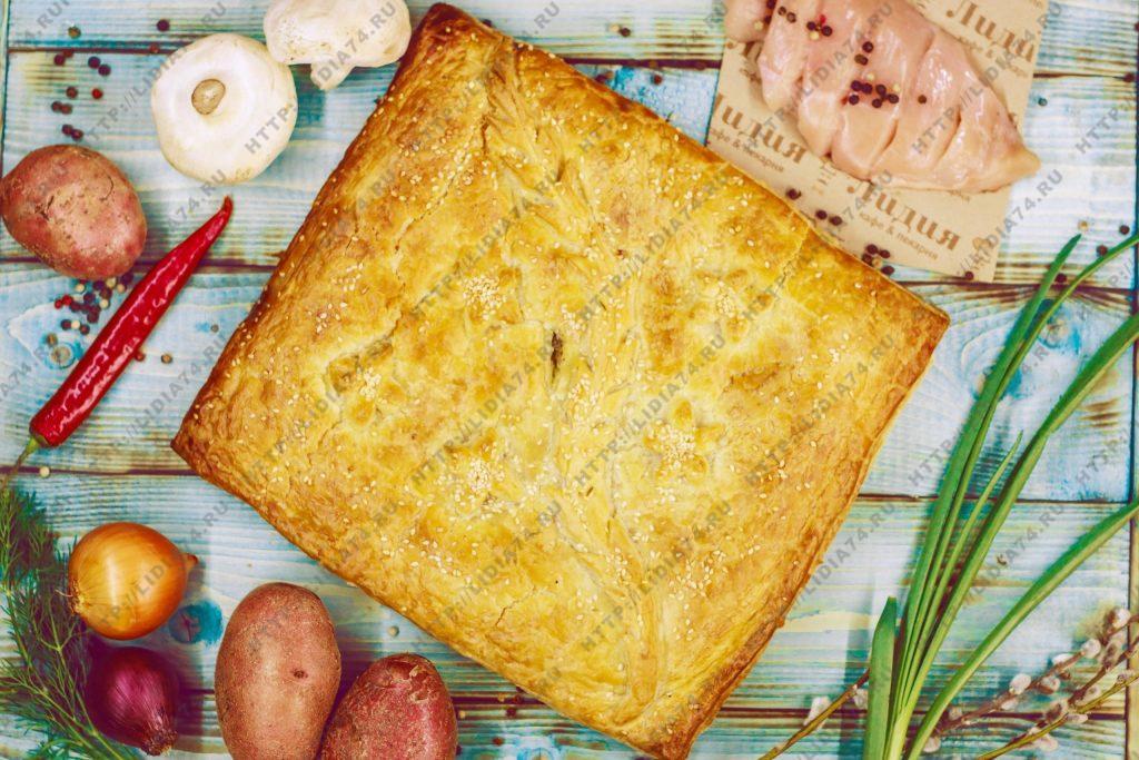Пирог из слоено дрожжевого теста с грибами, курицей и картофелем