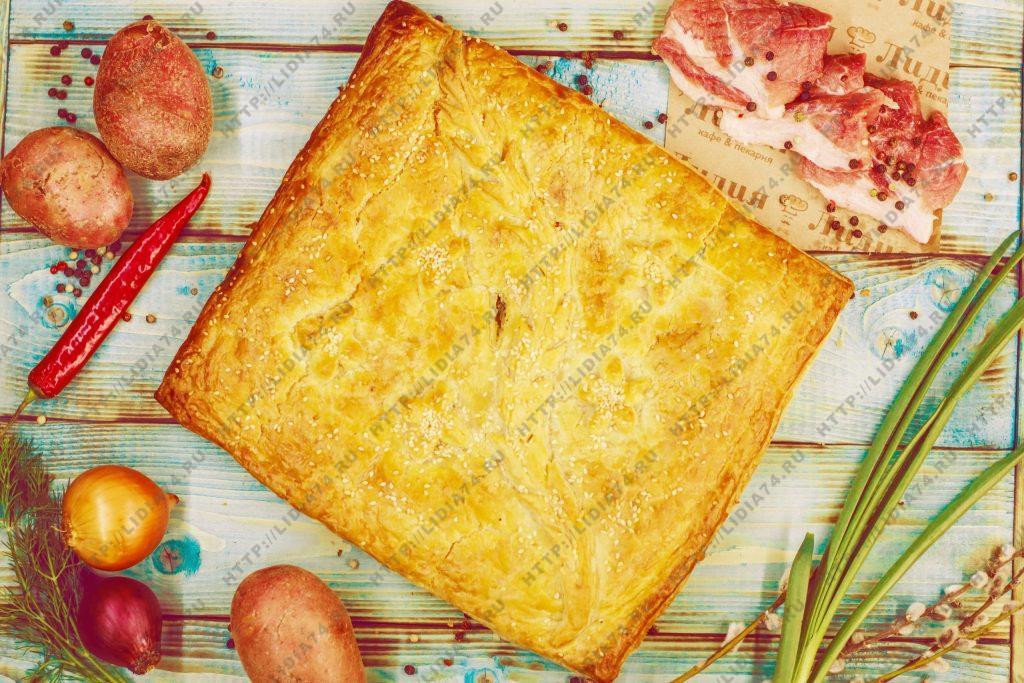 Пирог из слоено дрожжевого теста с мясом и картофелем