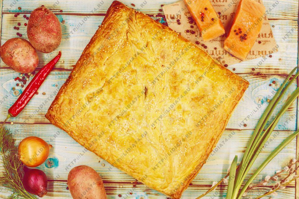 Пирог из слоено дрожжевого теста с семгой и картофелем