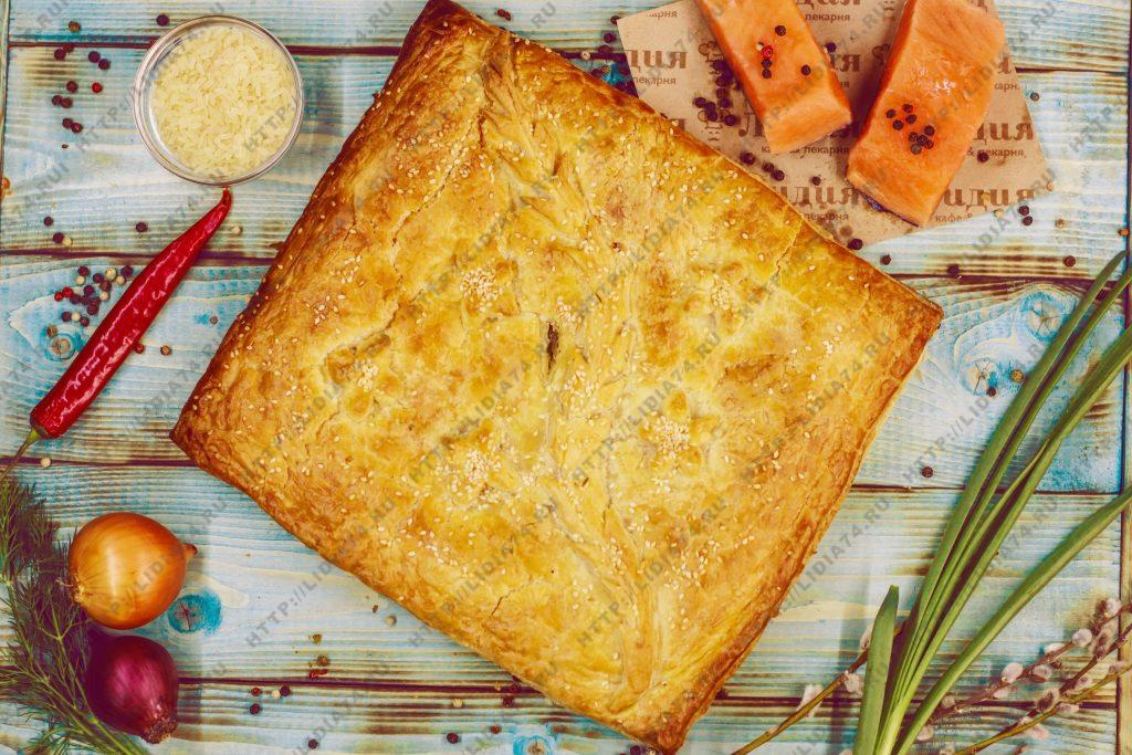 Пирог из слоено дрожжевого теста с семгой и рисом