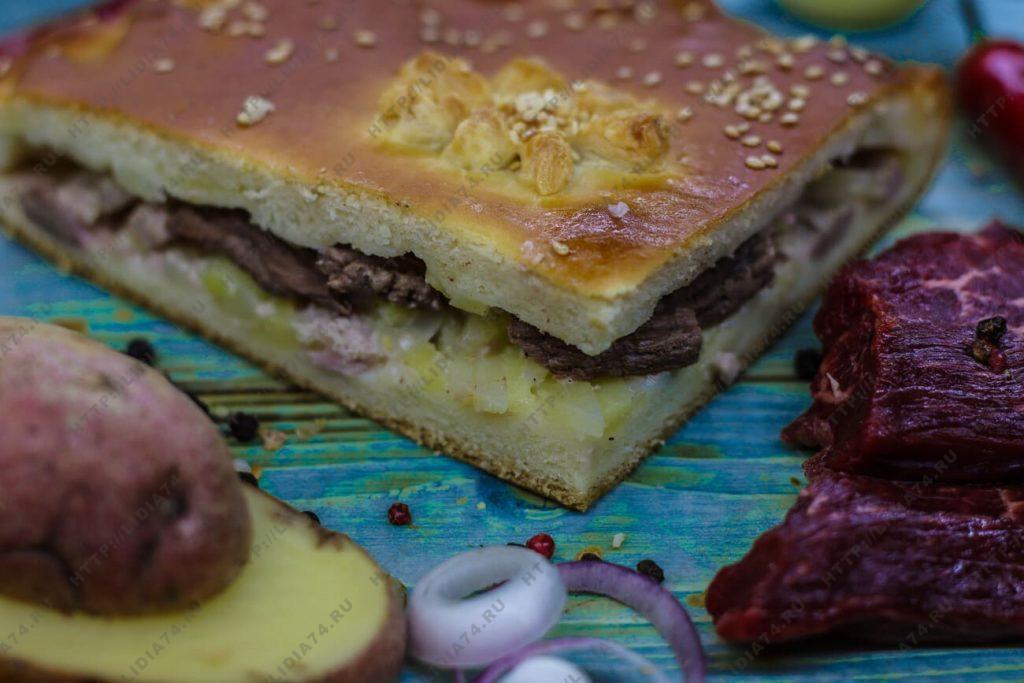 Пирог из сдобного теста с говядиной и картофелем.