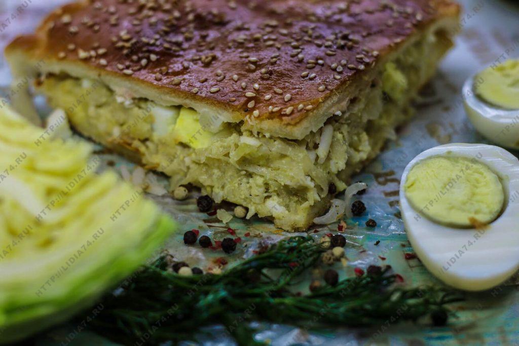 Пирог из сдобного теста с капустой и яйцом