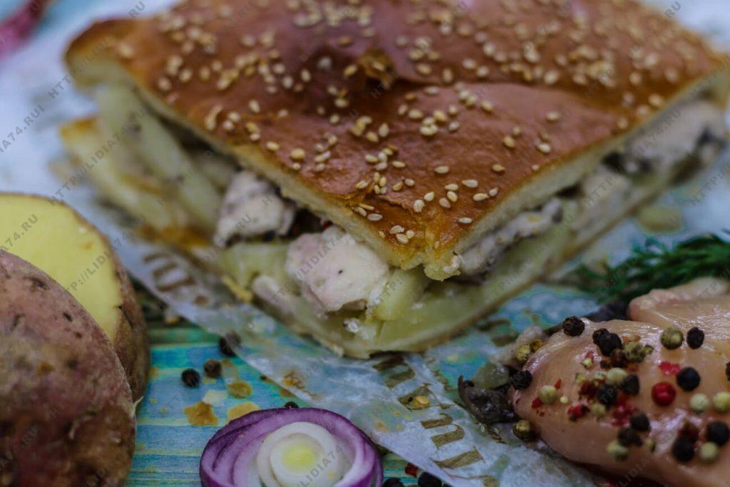 Пирог из сдобного теста с филе курицы и картофелем