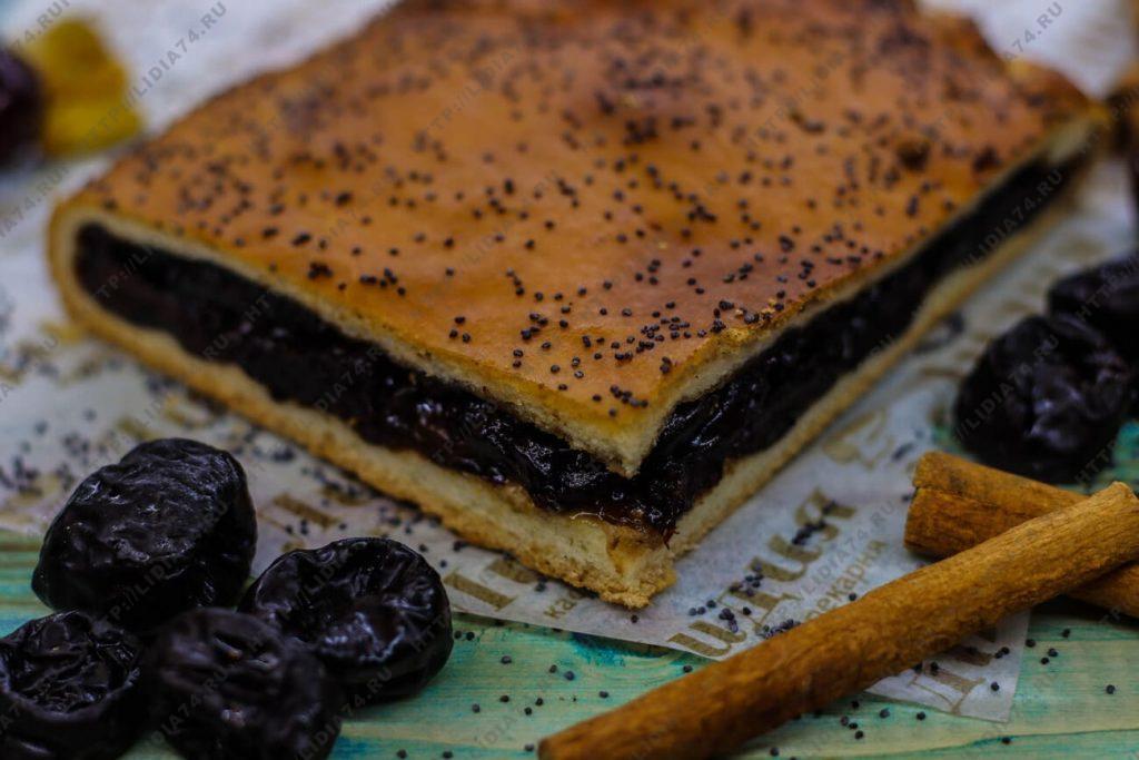 Пирог из сдобного теста с черносливом