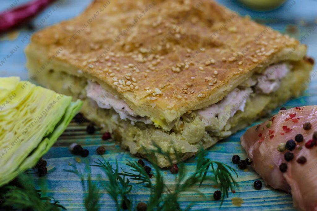 Пирог из слоеного теста с курицей и капустой