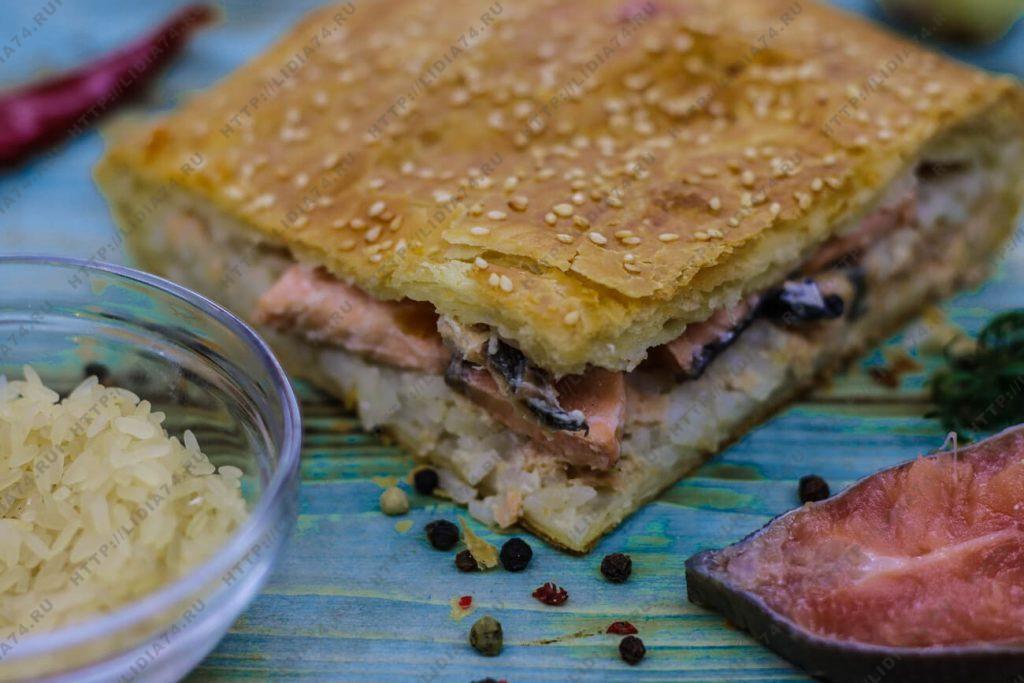 Пирог из слоено дрожжевого теста с горбушей и рисом