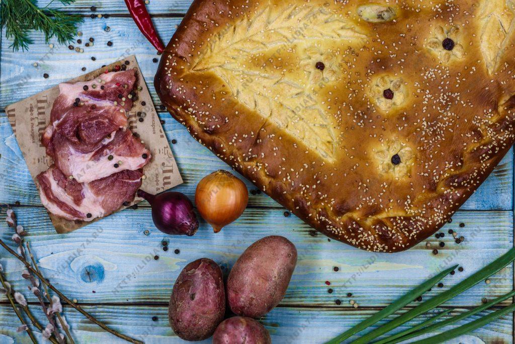 Пирог из сдобного теста с мясом и картофелем