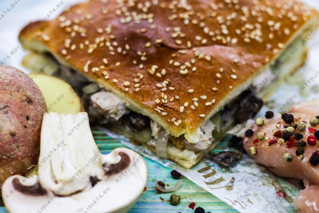 Пирог из сдобного теста с курицей грибами и картофелем