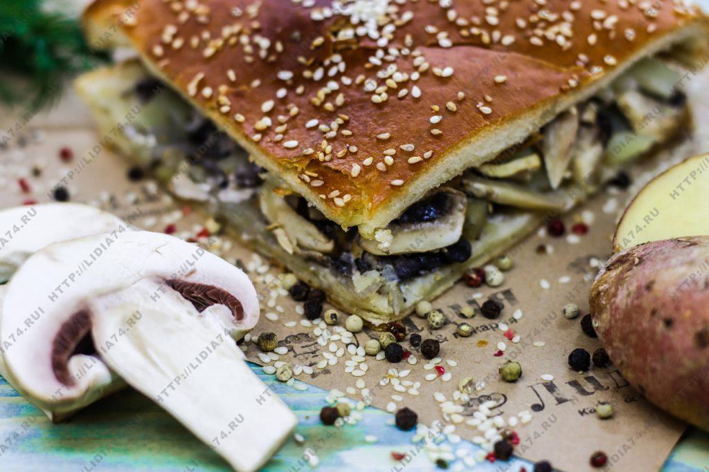 Пирог из сдобного теста с грибами и картофелем
