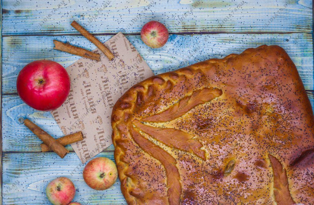 Пирог из сдобного теста с яблоками и корицей