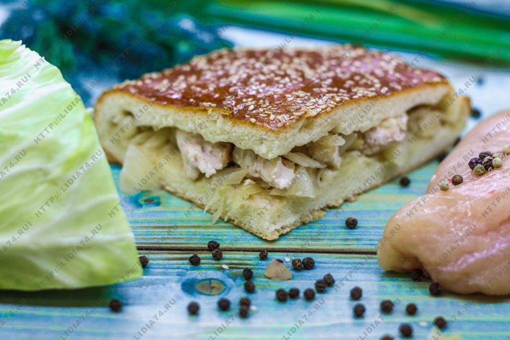 Пирог из сдобного теста с курицей и капустой
